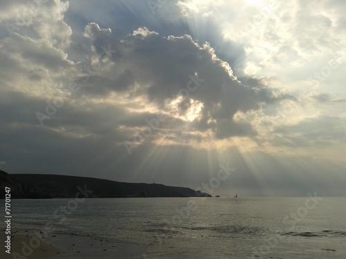canvas print picture Sonnenstrahlen und Wolken über der Baie des Trépassés
