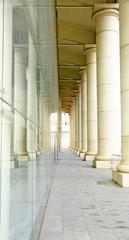Columnas y cristal de una construcción moderna, Barcelona