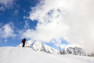 Escursionista in montagna in inverno con neve