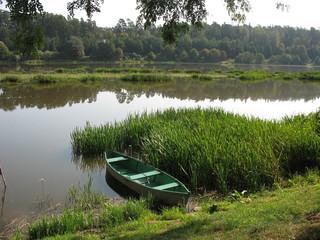 Одинокая лодка на берегу озера