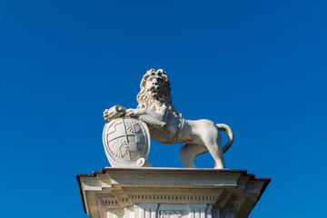 Löwe mit Wappen Skulptur aus Stein