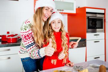 Familie backt in der Küche Kekse zu Weihnachten