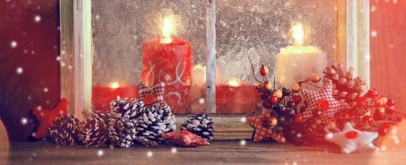 weihnachtdeko auf einem fenster