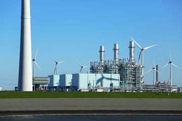 Windkraftrad neben Gaskraftwerk