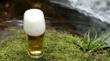 沢の脇のグラスに注いだビール