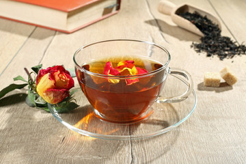 te' con fiori di rosa