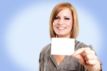lächelnde Frau zeigt Visitenkarte