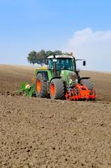 Getreideanbau -Schlepper mit Sämaschine  am Hang