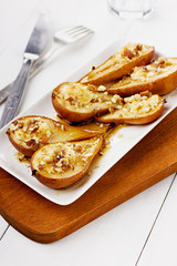 Dessert from the baked pears with honey and nuts