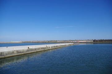 埠頭のある小さな港