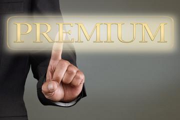 Businessman drückt Knopf für Premium