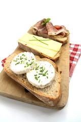 tartine de pain au fromage et jambon