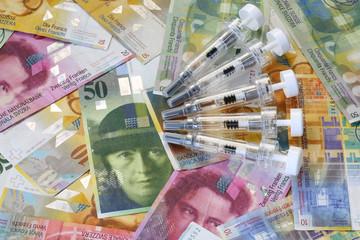 Schweizer Franken und Spritzen