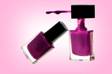 Smalto da donna viola sfondo rosa