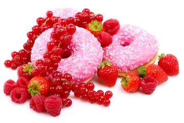 Donut con glassa rosa,fragole,lamponi e ribes