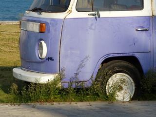 Altes Wohnmobil mit vergilbter lila Lackierung in Alacati