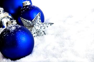 Blaue Wihnachtskugeln auf Schnee