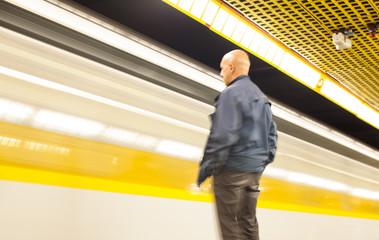 Uomo in attesa del metrò