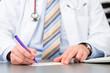 canvas print picture - Doktor schreibt in Praxis Rezept