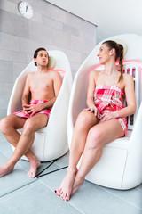 Paar auf Infrarot Stühle im Wellness Spa
