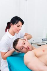 Physiotherapeut renkt Patient wieder ein in Praxis