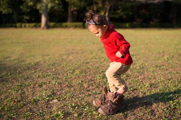 大きなブーツを履いた少女