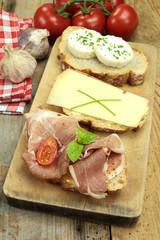 tartines de pain au fromage et jambon