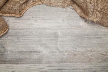 graue platte mit jute stoff