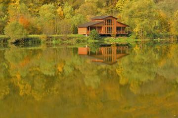 Фрагмент озера и рыбачий домик