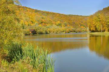 Фрагмент озера в горах
