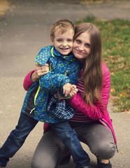 Молодая мама с сыном на прогулке