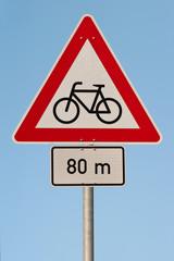 Verkehrsschild - Achtung Radfahrer kreuzen - Himmel blau