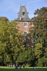 La tour de la chapelle Castrale émergeant des arbres