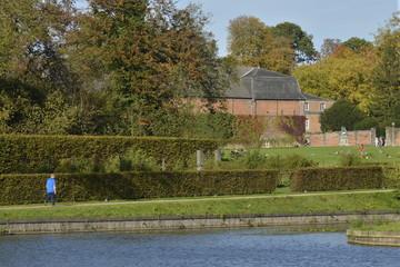L'étang du Moulin et la roseraie du parc d'Enghien