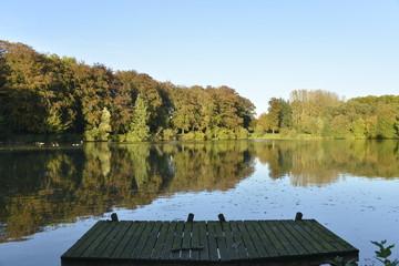 Le ponton et l'étang du Miroir au parc d'Enghien