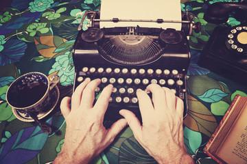 homme tapant sur machine à écrire vintage