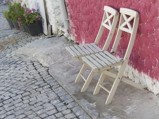 Holzstühle vor einem Haus in Alacati bei Cesme in der Türkei