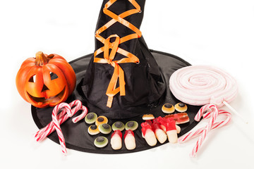 caramelle per halloween su sfondo bianco