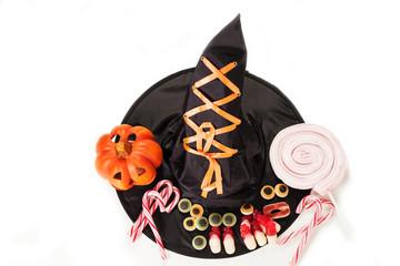caramelle per halloween con cappello da strega su sfondo bianco