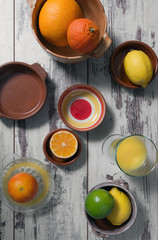 Arrangement aus Zitrusfrüchten und frisch gepresstem Saft