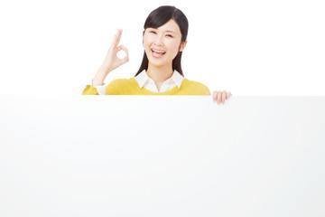 メッセージボードとOKサインする女性