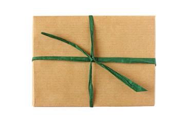 Schlichtes Geschenk in Packpapier mit grüner Schnur