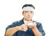 真剣な表情の寿司職人