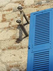 Blauer Fensterladen mit Lamellen in Alacati bei Izmir