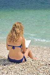 Mare spiaggia, relax, ragazza che legge un libro
