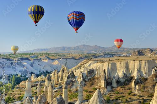 Fotobehang Canyon Turchia, Cappadocia, Goreme voli in mongolfiera