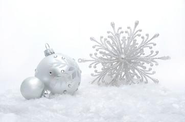 Silberne Weihnachtskugeln im Schnee
