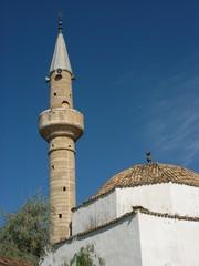 Moschee mit Minarett in Alacati bei Cesme in der Türkei