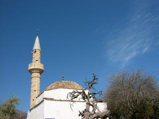 Moschee mit Minarett vor blauem Himmel in Alacati bei Izmir