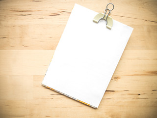 White blank note paper and cliped on wood